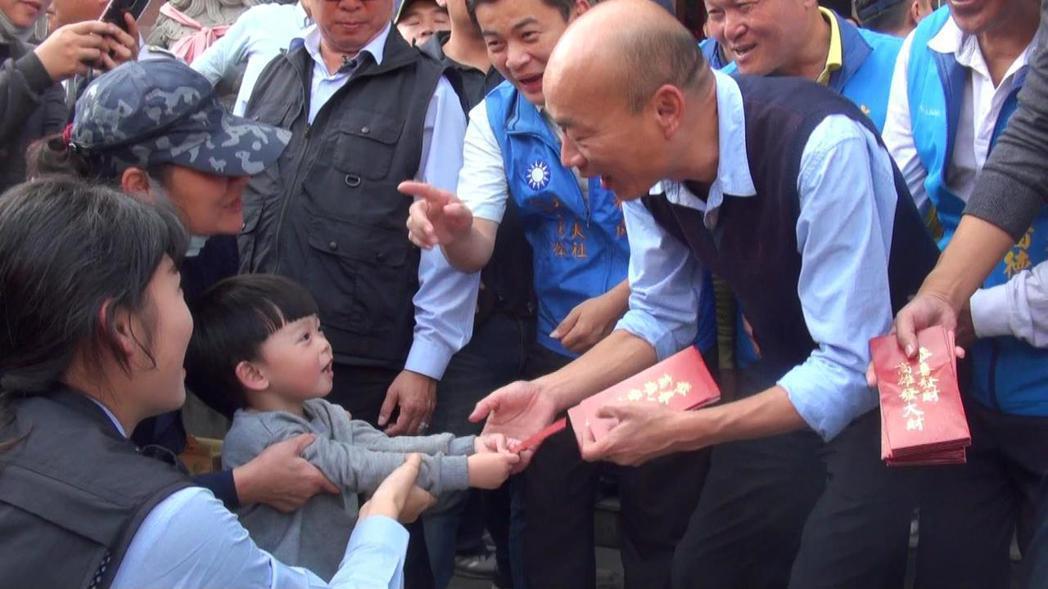 韓國瑜發紅包,不少小朋友來討喜氣。 記者王昭月/攝影