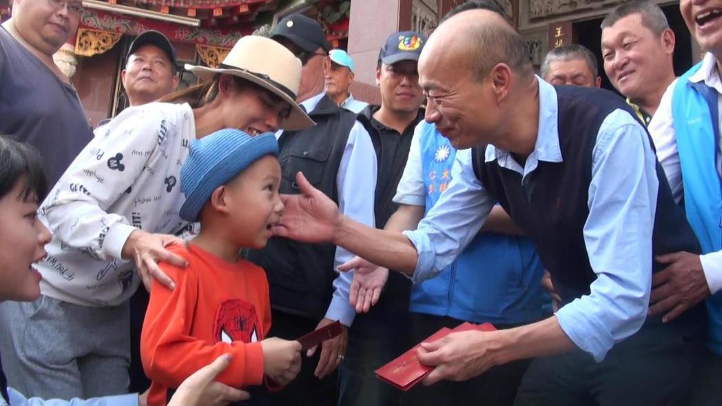 韓國瑜發紅包,會親切摸摸小朋友的頭或臉,給予祝福。 記者王昭月/攝影