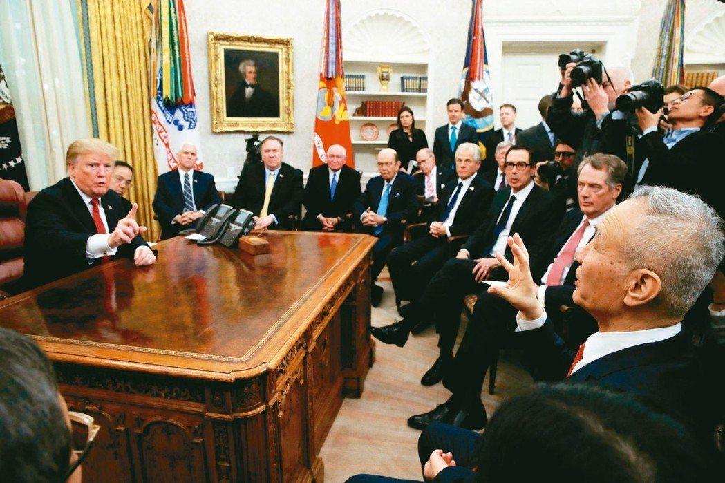 美國總統川普(左)在白宮會見中國大陸副總理劉鶴(右)。談到增購美國大豆數量時,劉...
