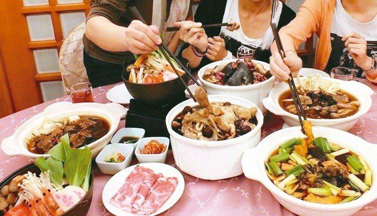 許多家庭都會準備許多年菜,慰勞辛勞1年,但經常1次吃不完。 報系資料照