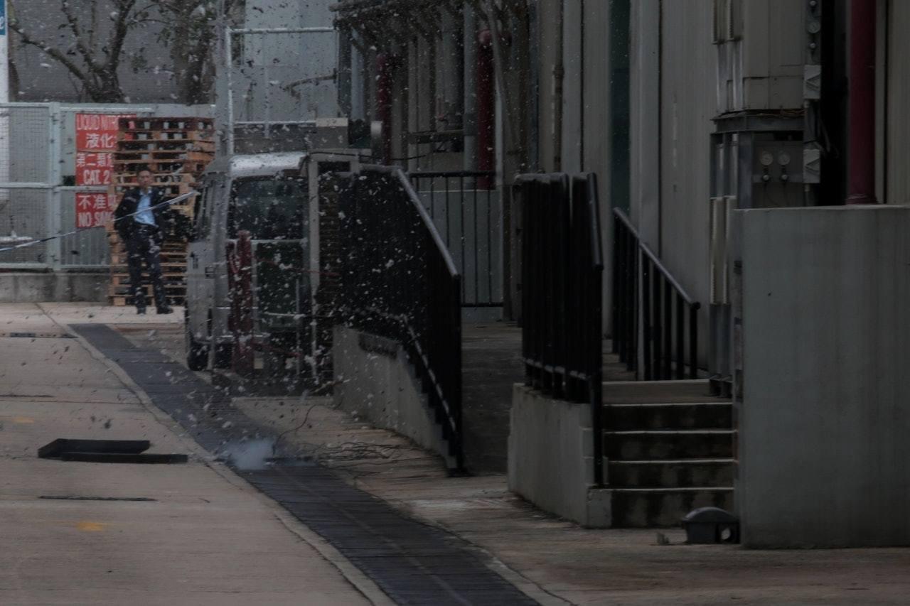 警方將該手榴彈放到約1米深的渠下,然後堆放沙包引爆,碎片四散。圖/香港01提供