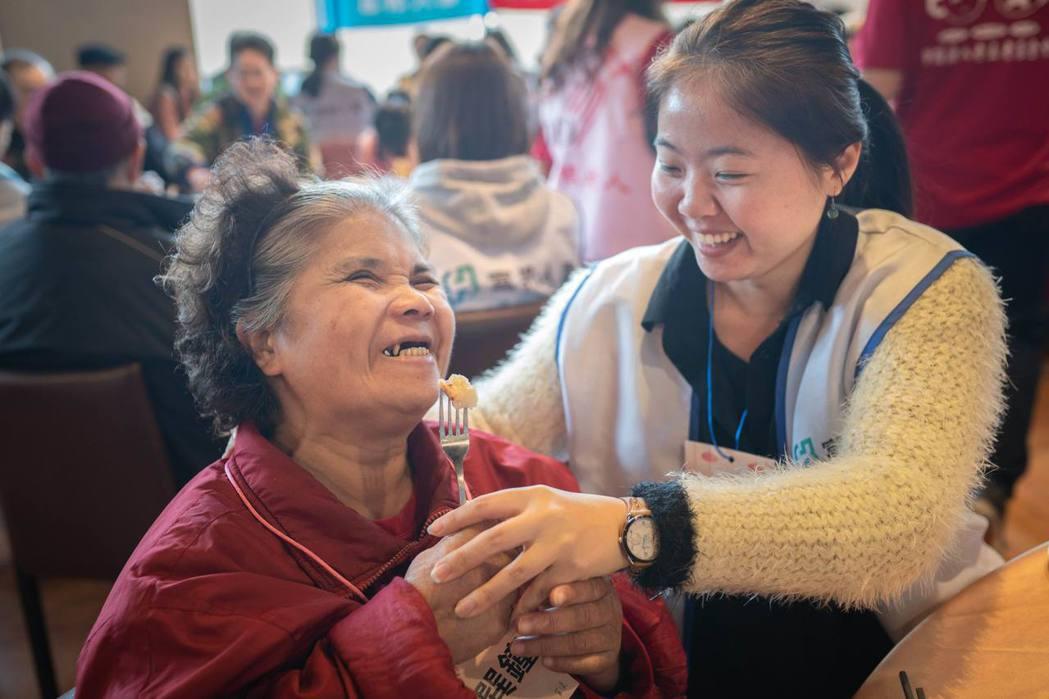 富邦人壽致力關懷地方長輩,透過年節關懷行動陪伴高齡長者過好年。富邦人壽/提供