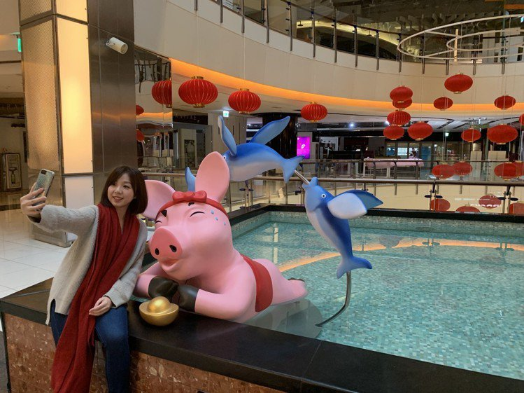 中壢大江購物中心以豬為主題打造全新「豬福」春節藝術裝置。圖/大江購物中心提供
