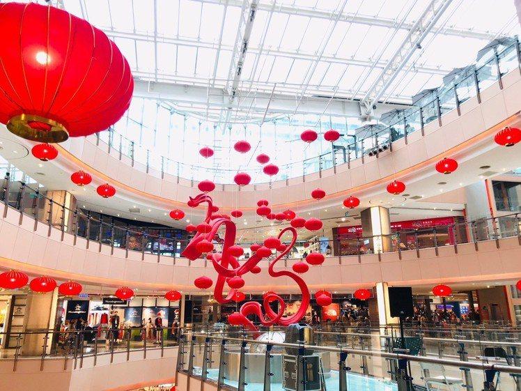 大江購物中心迎接春節在全館高掛168個紅燈籠。圖/大江購物中心提供