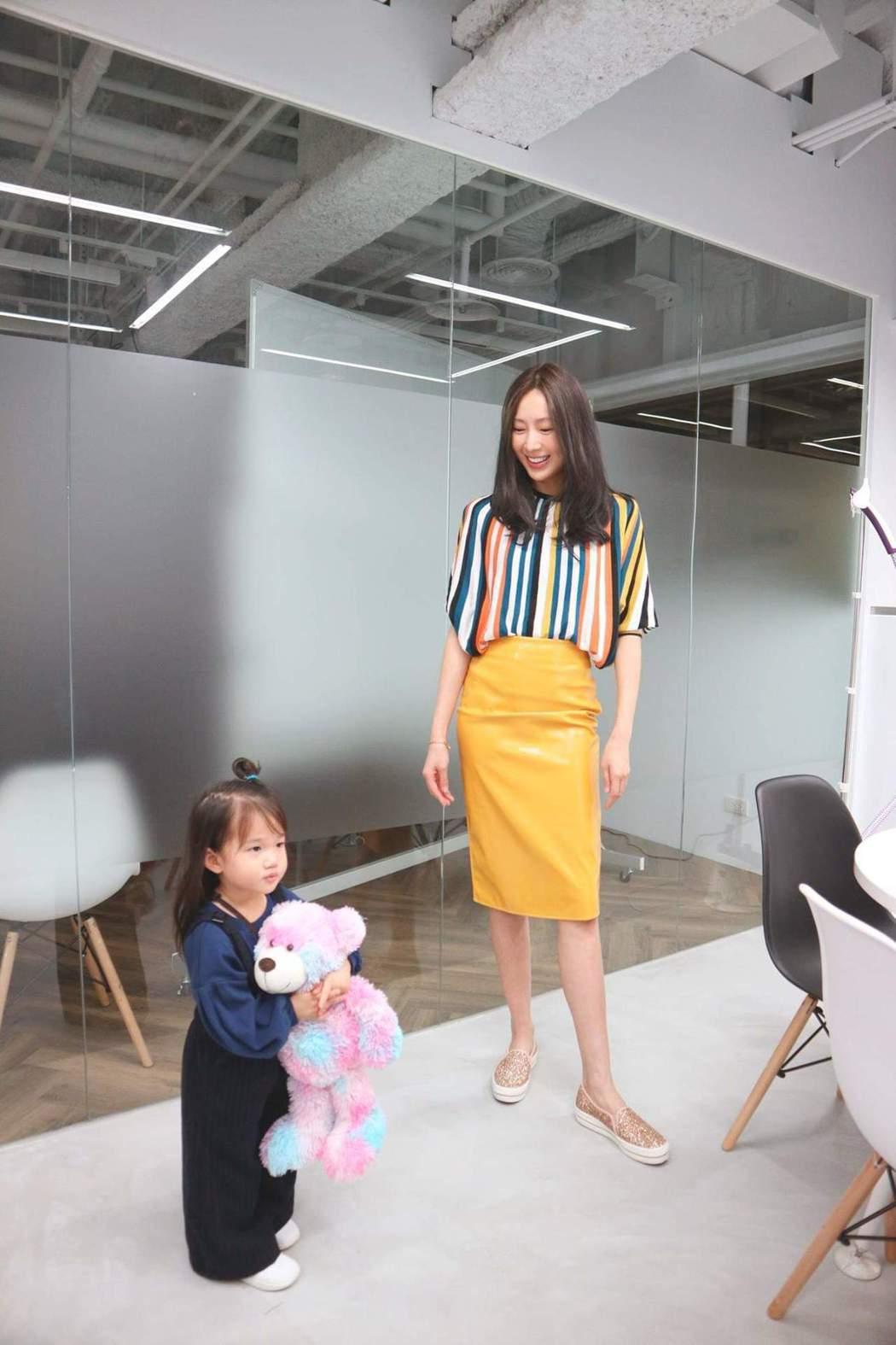 隋棠帶女兒一起上班。圖/摘自臉書