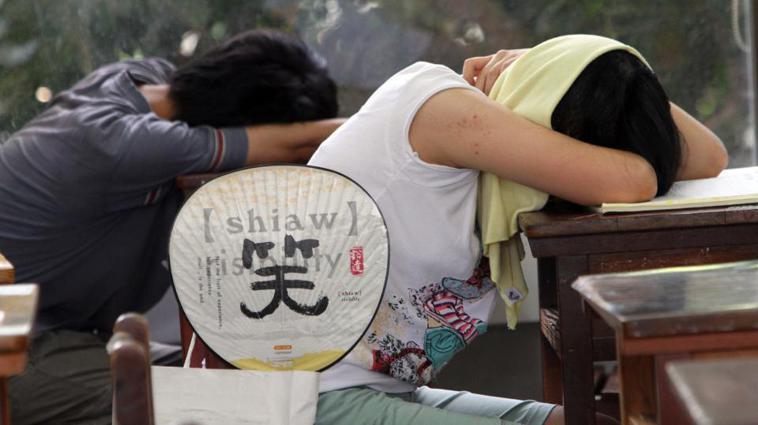 成大醫院家庭醫學部醫師鄭翔如表示,建立適合睡眠環境,午睡時間不能太長,白天也要多...