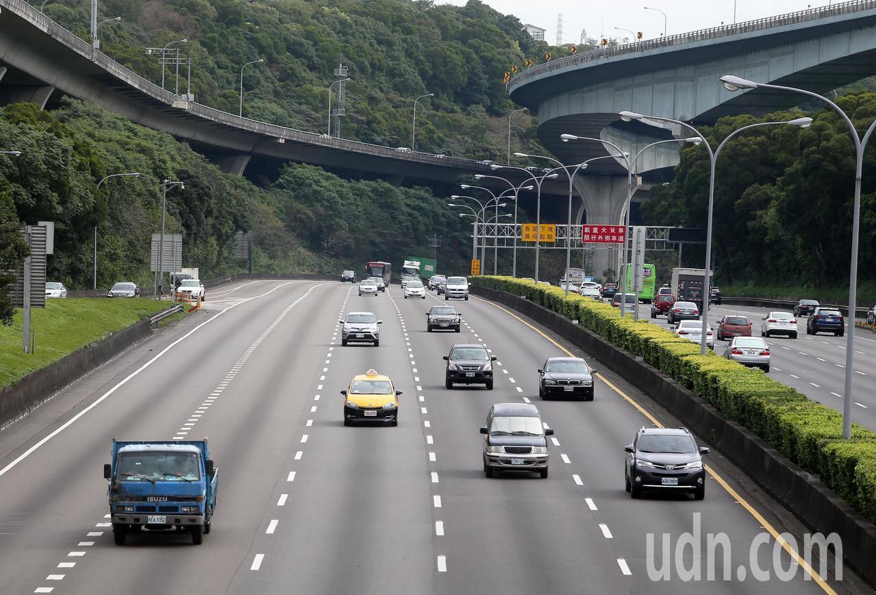 今天是春節連假第二天,交通部高速公路局表示,目前國道交通大致順暢,預估不會有特別...