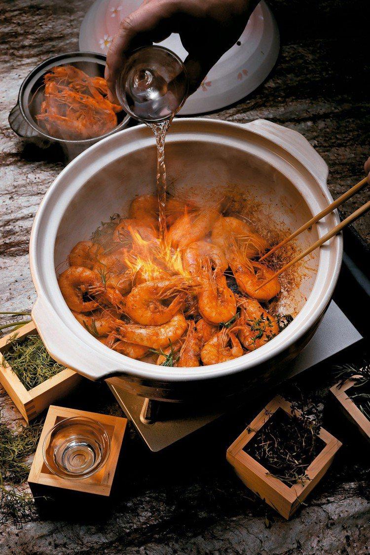 欣葉本季展演料理為「埋火鮮蝦豐饒香草」,可祈求一年平安。圖/欣葉提供