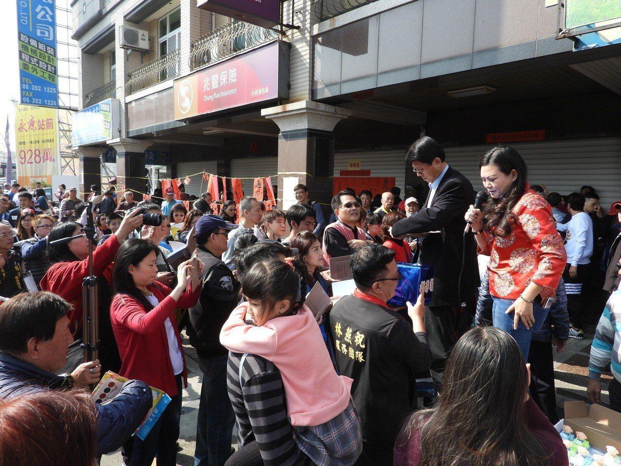 馬英九台南首辦簽書會,大批馬迷要求謝龍介也簽書,他只好站在馬路旁椅上簽名,市議員...