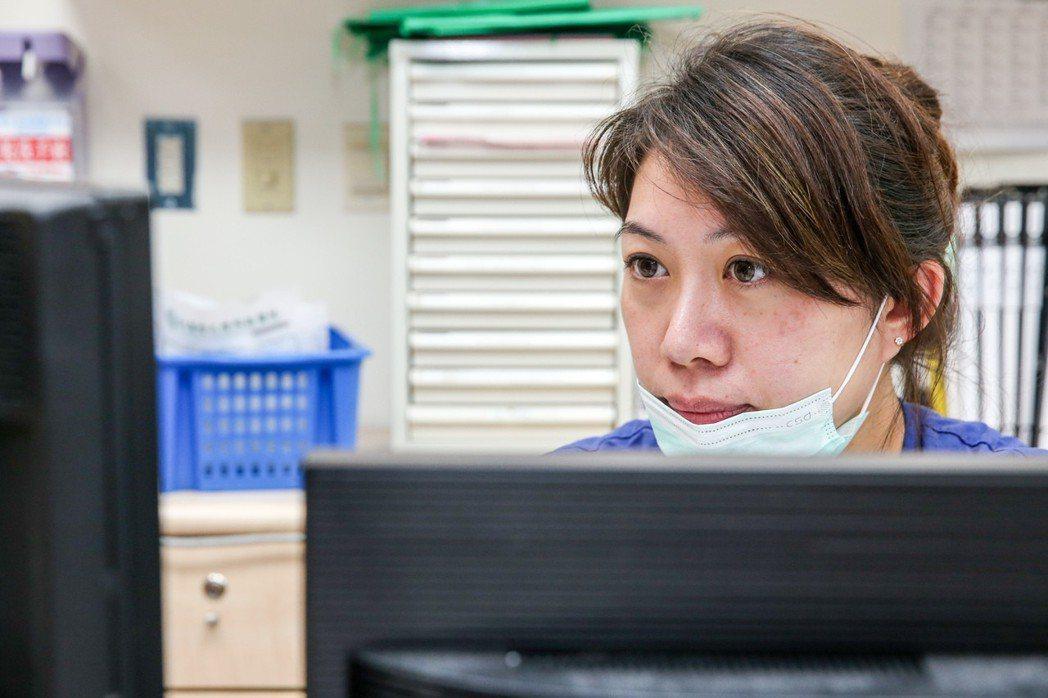 北醫急診護理長陳家蓉接受專訪,談難忘的過年值班經歷。記者鄭清元/攝影
