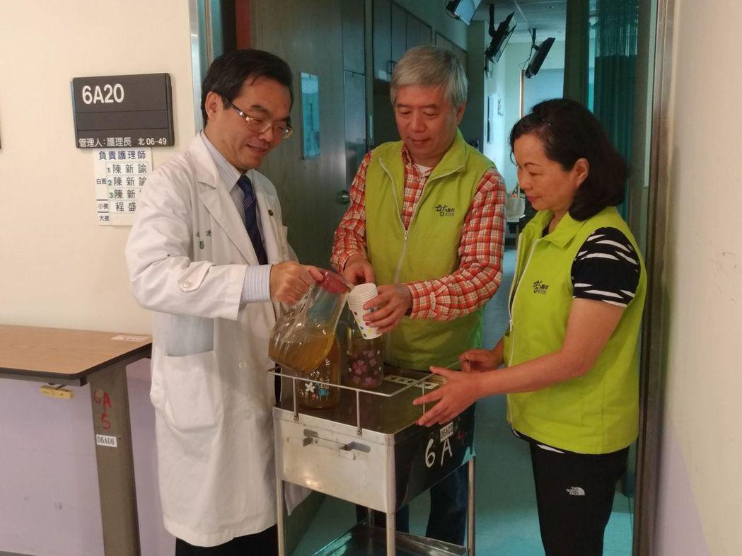 台大安寧病房醫護及志工每天都會奉茶給病人家屬,順道聊天問候。 圖/姚建安提供