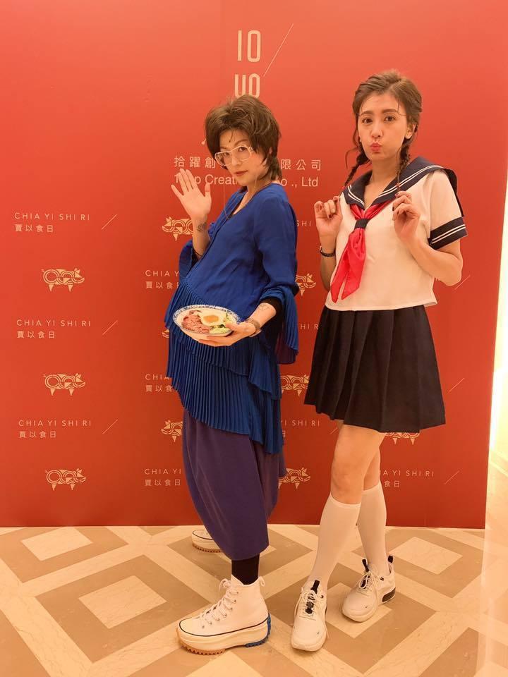 賈靜雯(右)扮成學生妹。圖/摘自臉書