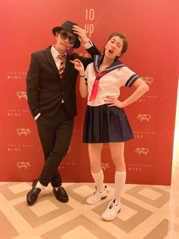 賈靜雯(右)與弟弟衛斯理。圖/摘自臉書