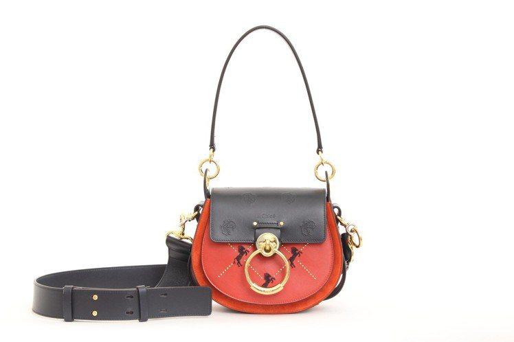 侯佩岑配戴的Chloé TESS紅色刺繡小馬包款(小),售價69,800元。圖...