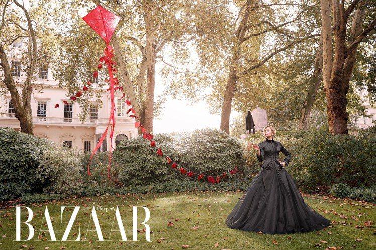 艾蜜莉布朗特身穿Giles Deacon Couture外套、裙裝,以紅色風箏呼...