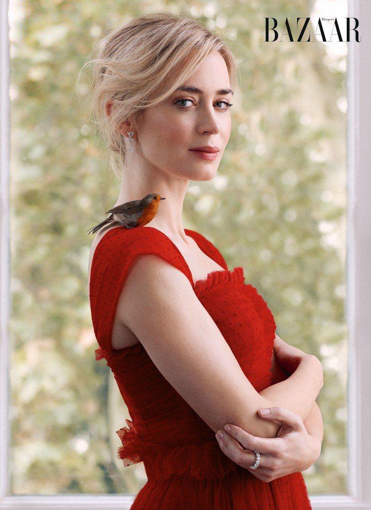 艾蜜莉布朗特以Dolce & Gabbana紅色蕾絲洋裝搭配De Beers耳環...