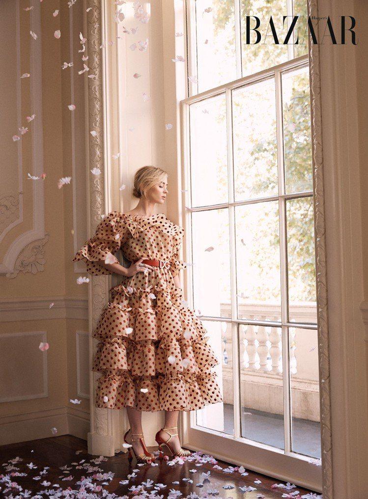 艾蜜莉布朗特以Dolce & Gabbana洋裝搭配Van Cleef & Ar...
