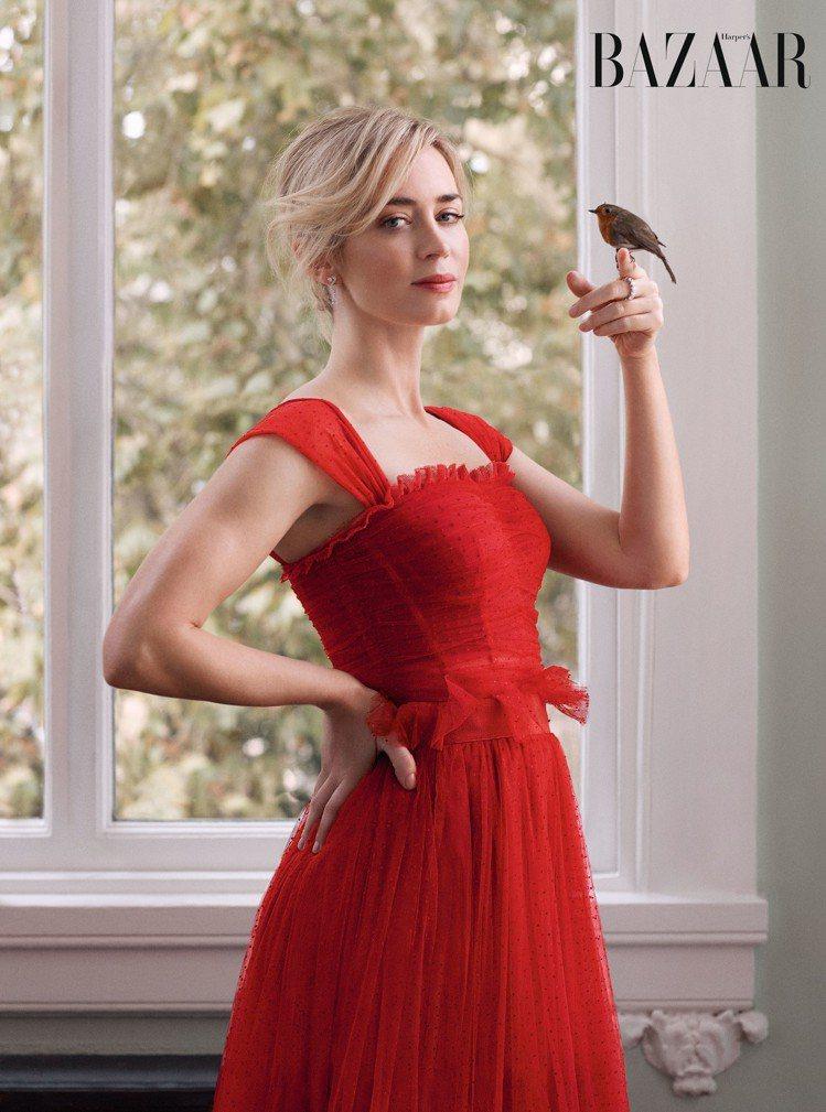 神情鬼靈精怪的艾蜜莉布朗特以Dolce & Gabbana紅色蕾絲洋裝搭配De ...