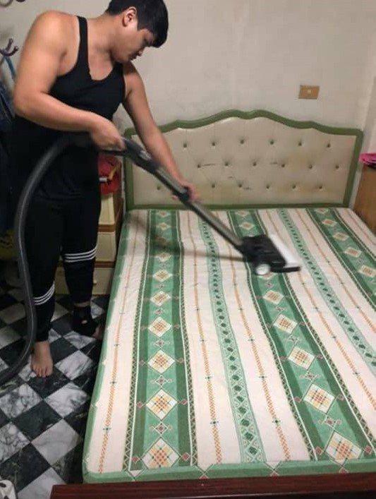 葉家泓利用強力吸塵器到民眾家裡清除床墊塵蟎,民眾看到吸出「成果」,有一大堆髒東西...