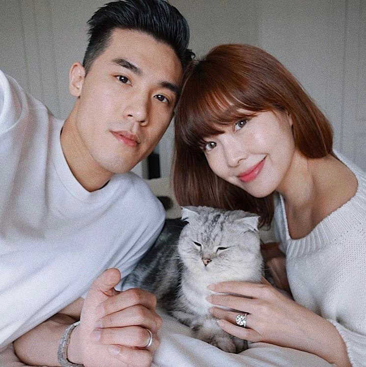 微風策略長廖曉喬在IG上公佈結婚喜訊,兩人甜蜜與愛貓Cookie合照。圖/取自廖...