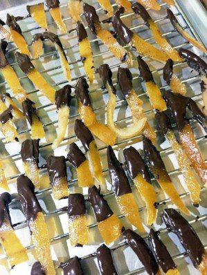 降溫後的糖漬橙皮看起來是透明光亮,香氣迷人。可以直接裝罐冷藏,也可以隔水加熱融化...