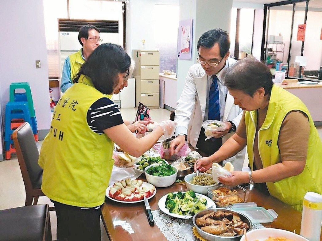 台大安寧病房志工經常準備好料理,讓值班的醫護人員一飽口福。 攝影/記者鄧桂芬
