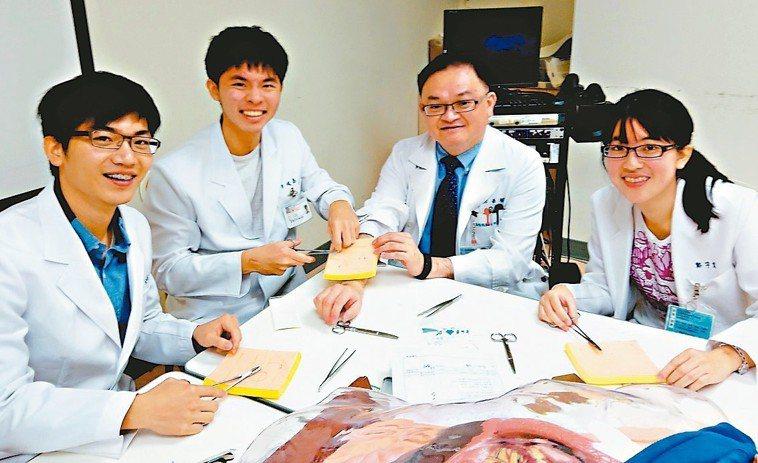 新光醫院急診醫學科主任張志華(右二)提醒民眾在春節期間,生活作息多注意,遠離可預...
