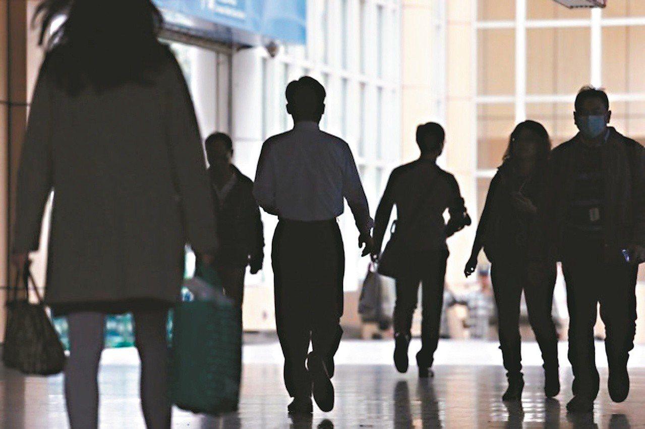 行政院今天表示,行政院核定「公部門主動解決低薪方案」,為月薪低於新台幣3萬元的中...