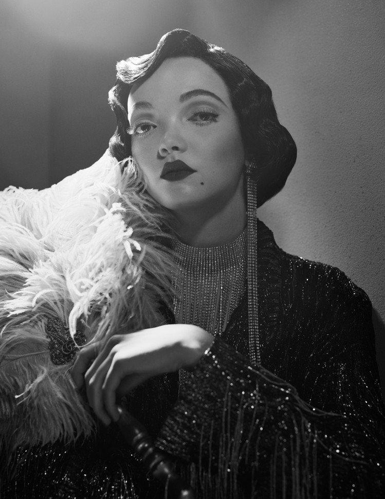 Gucci還特別效仿了當時各大製片廠為明星所拍攝的完美偶像黑白宣傳劇照,傳遞充滿...
