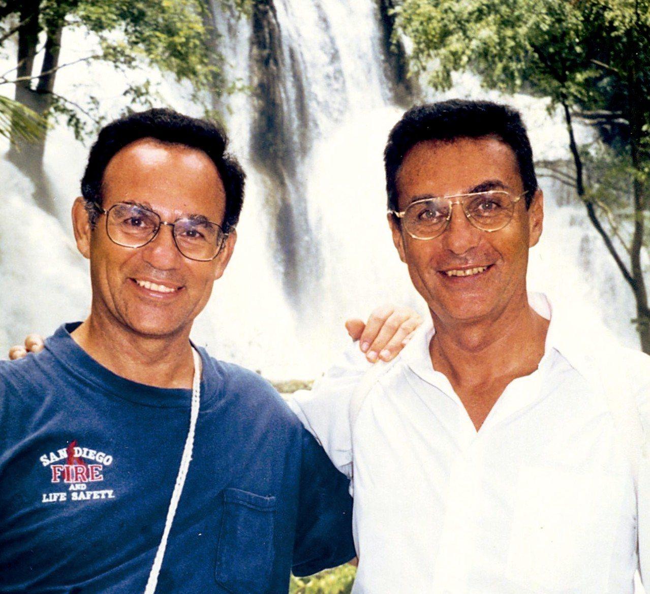 丁松青神父(左)與已逝的哥哥丁松筠神父。 圖/大塊文化提供
