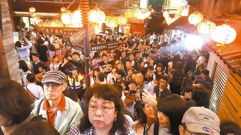 九份每到假日就吸引大批國內外遊客。 圖/聯合報系資料照片
