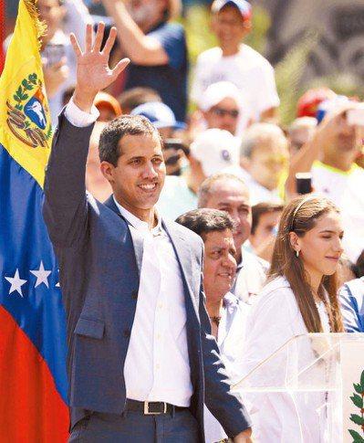 委內瑞拉民眾2日遊行要求總統馬杜洛下台,臨時總統瓜伊多現身為群眾打氣。 路透