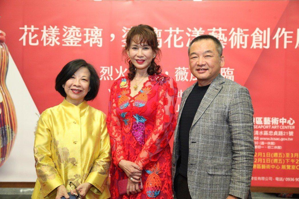 中悦機構八京建設總經理鄭桂林(右)與董事長張芳升(左)和周丹薇(中)合影。