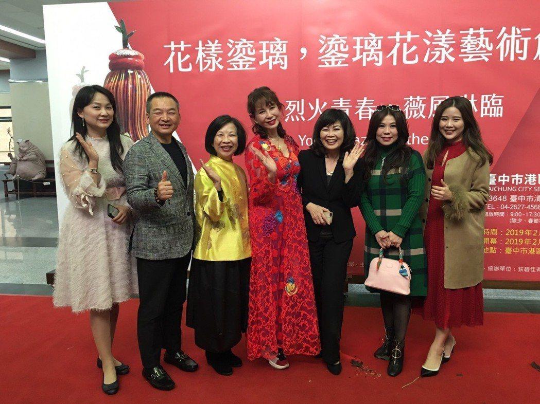 周丹薇的琉璃藝術展開展活動,多位企業主與好友到場祝賀。