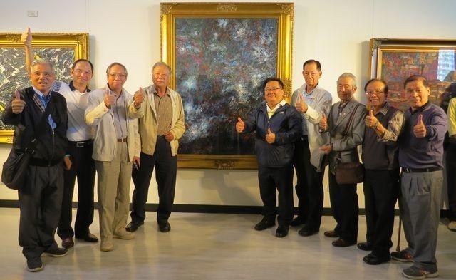 何宗烈在高雄市文化中心至上館,舉辦「留下痕跡--何宗烈油彩創作個展」,眾多好友到...