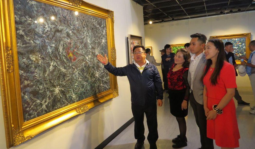 何宗烈與家人共同欣賞展出畫作。 李福忠/攝影
