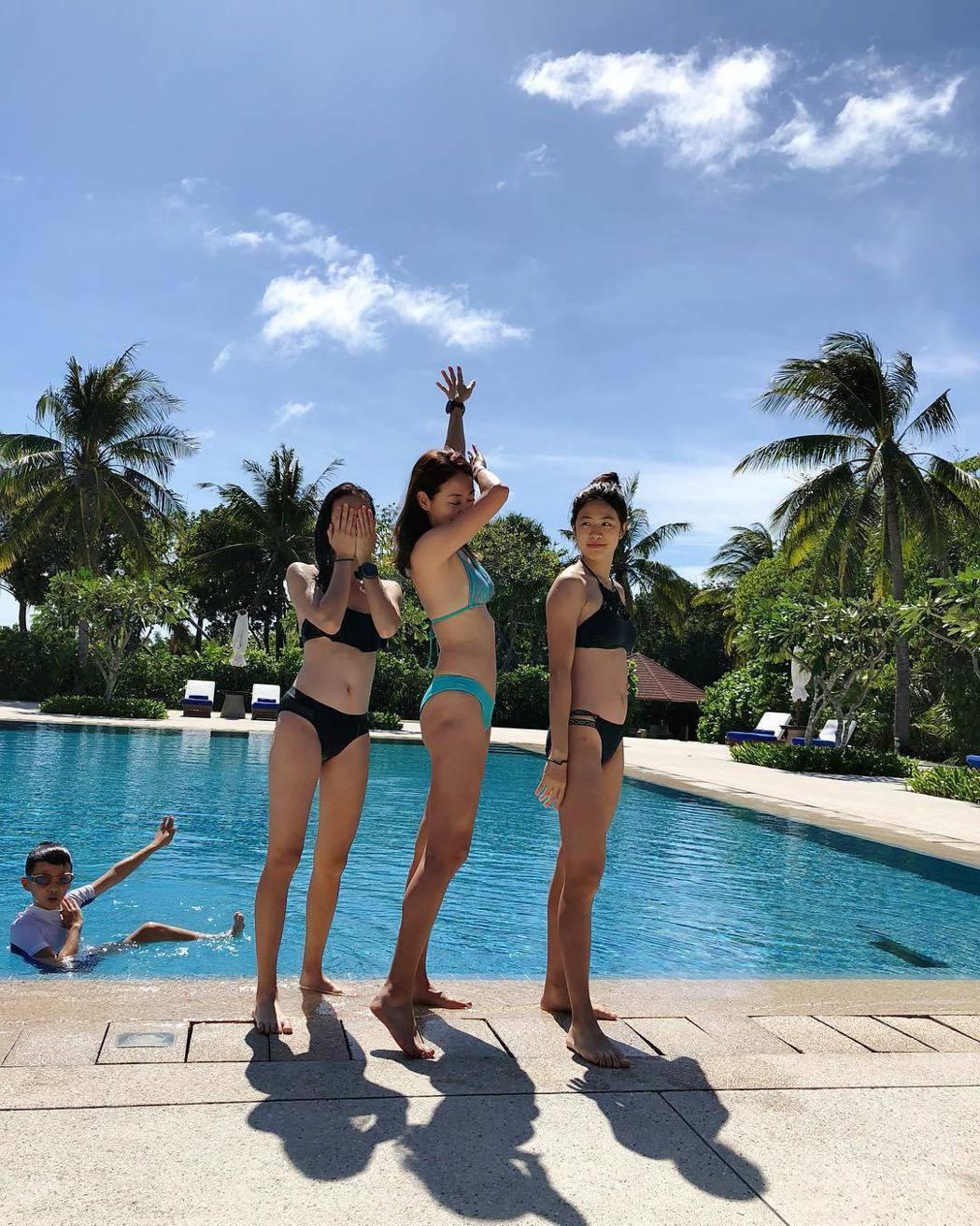 賈永婕與兩個女兒泳池邊拍美照。 圖/擷自賈永婕IG