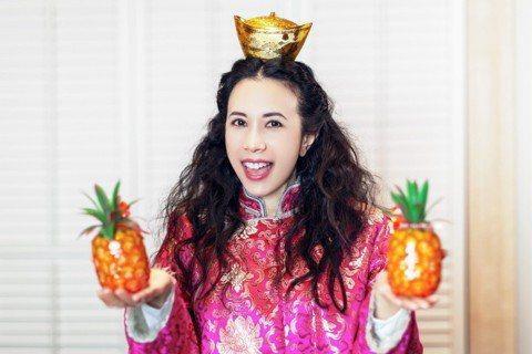 天后莫文蔚每年都會在春節前夕在香港與工作人員一同吃的團圓飯,更會為自己成立的工作室「「莫家寶貝工作室」來個除舊佈新,並在辦公室內擺上兩盤橘色的柑桔,為自己的公司討吉利!一年中常會各地飛來飛去的莫文蔚...