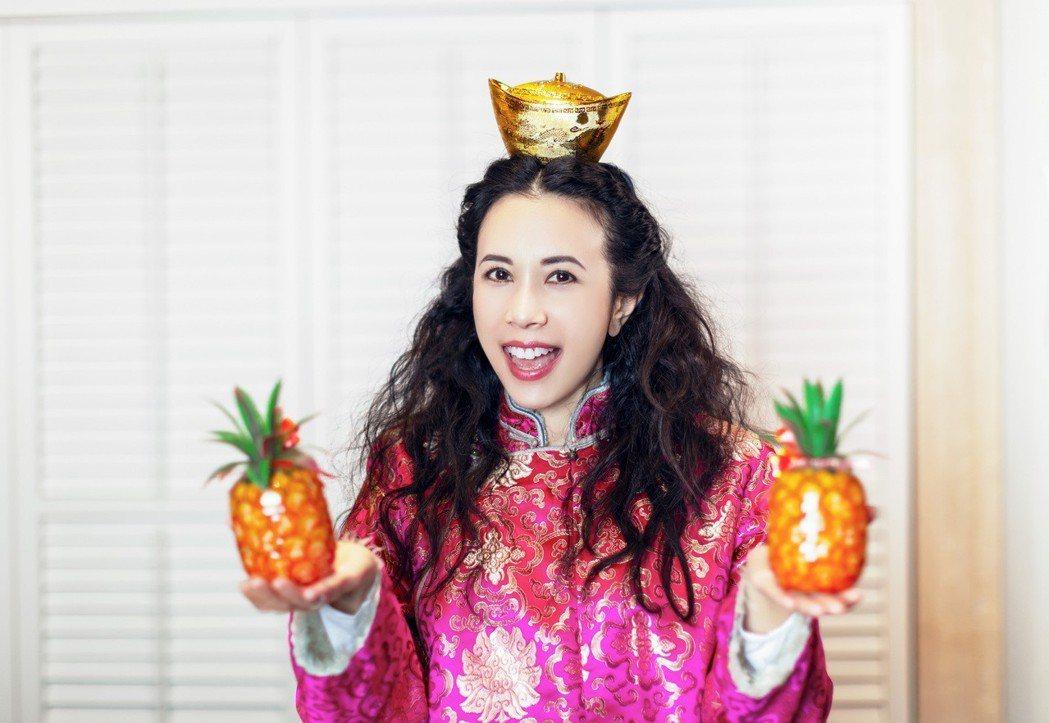 莫文蔚準備了象徵「旺來」的鳳梨、以及財運滾滾的金元寶,恭祝大家豬年行大運。 圖/