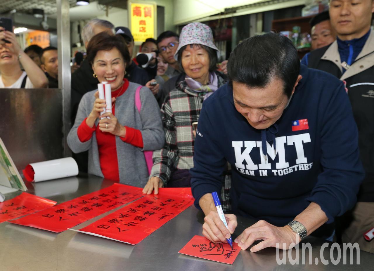 前總統馬英九(右一)今天跟大姐馬以南(右三)到興隆市場買菜,馬英九被攤商要求在春...