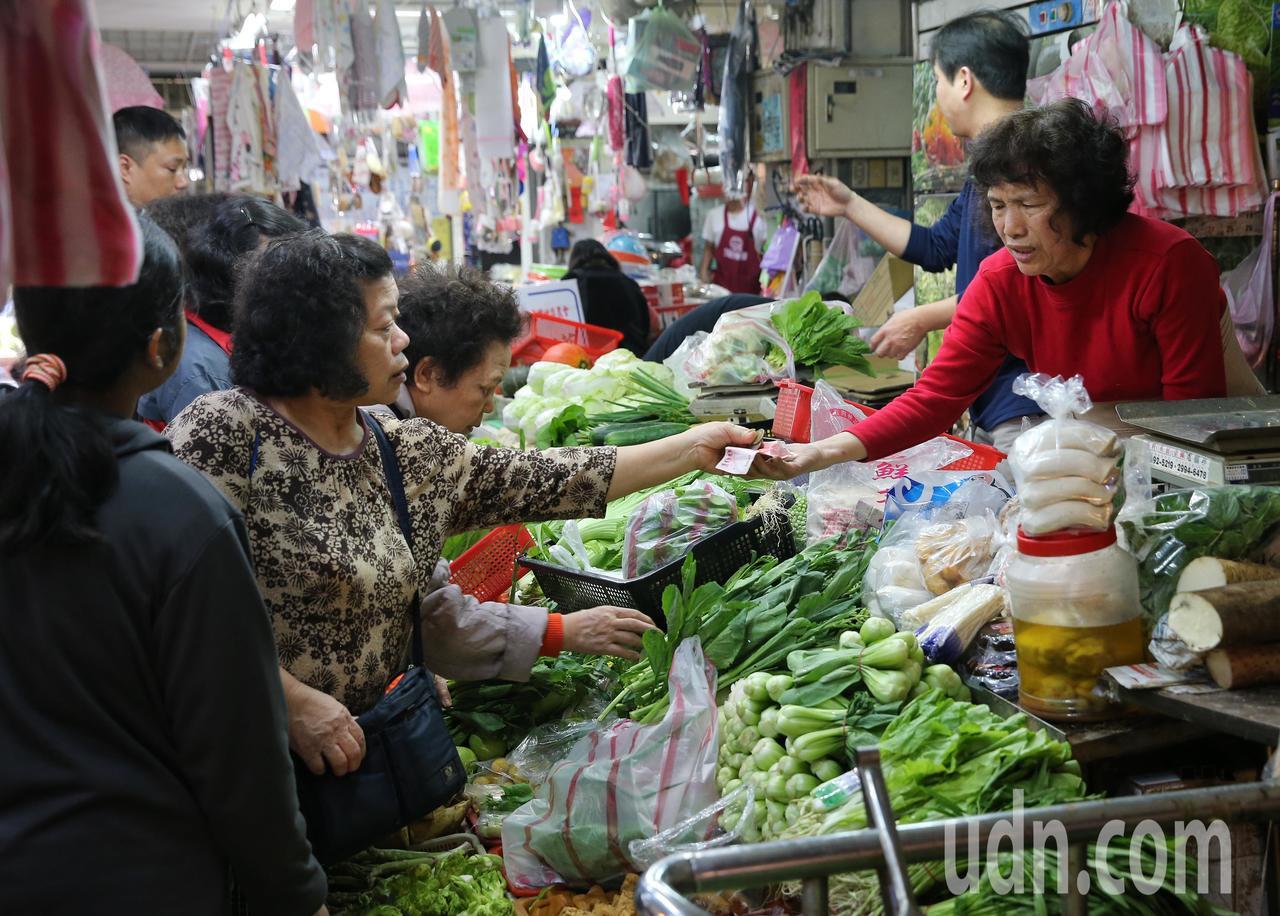 市場內有不少民眾買菜準備過年。記者鄭清元/攝影
