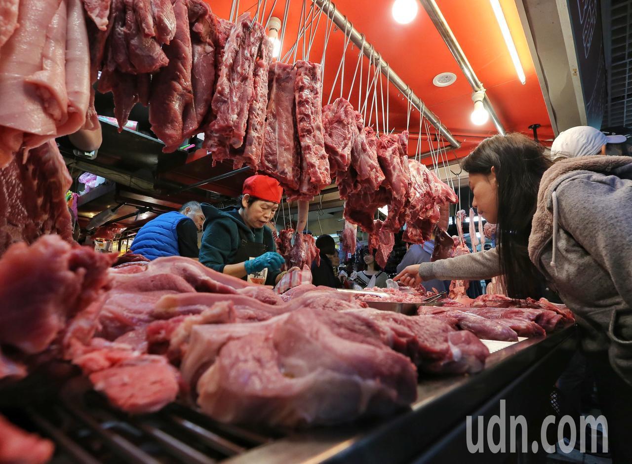 市場生意好,肉販攤商手沒停過。記者鄭清元/攝影