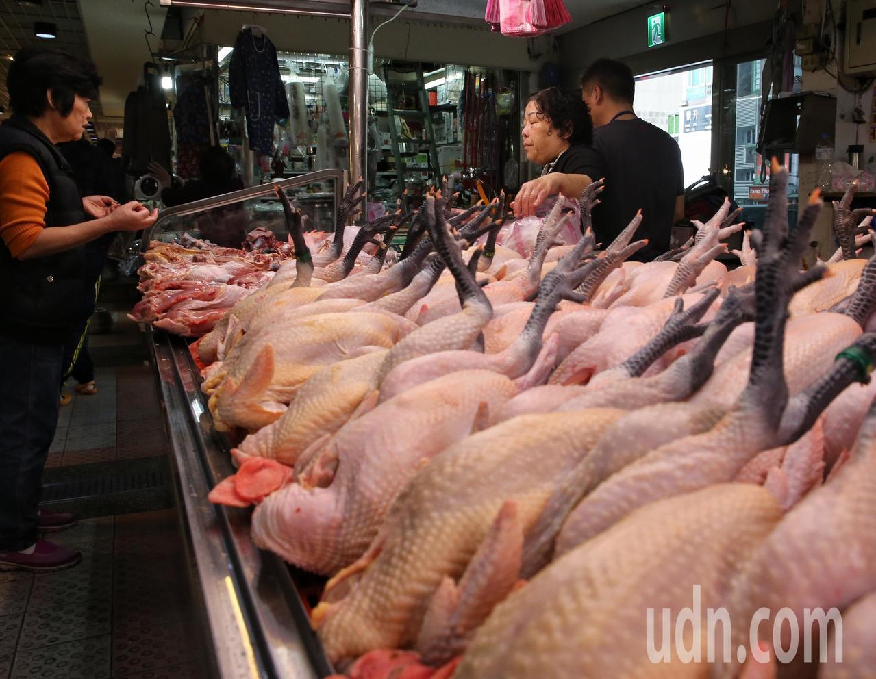 民眾採買肉品準備過年。記者鄭清元/攝影