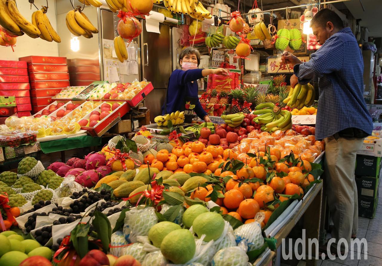 民眾在市場採買水果準備過年。記者鄭清元/攝影