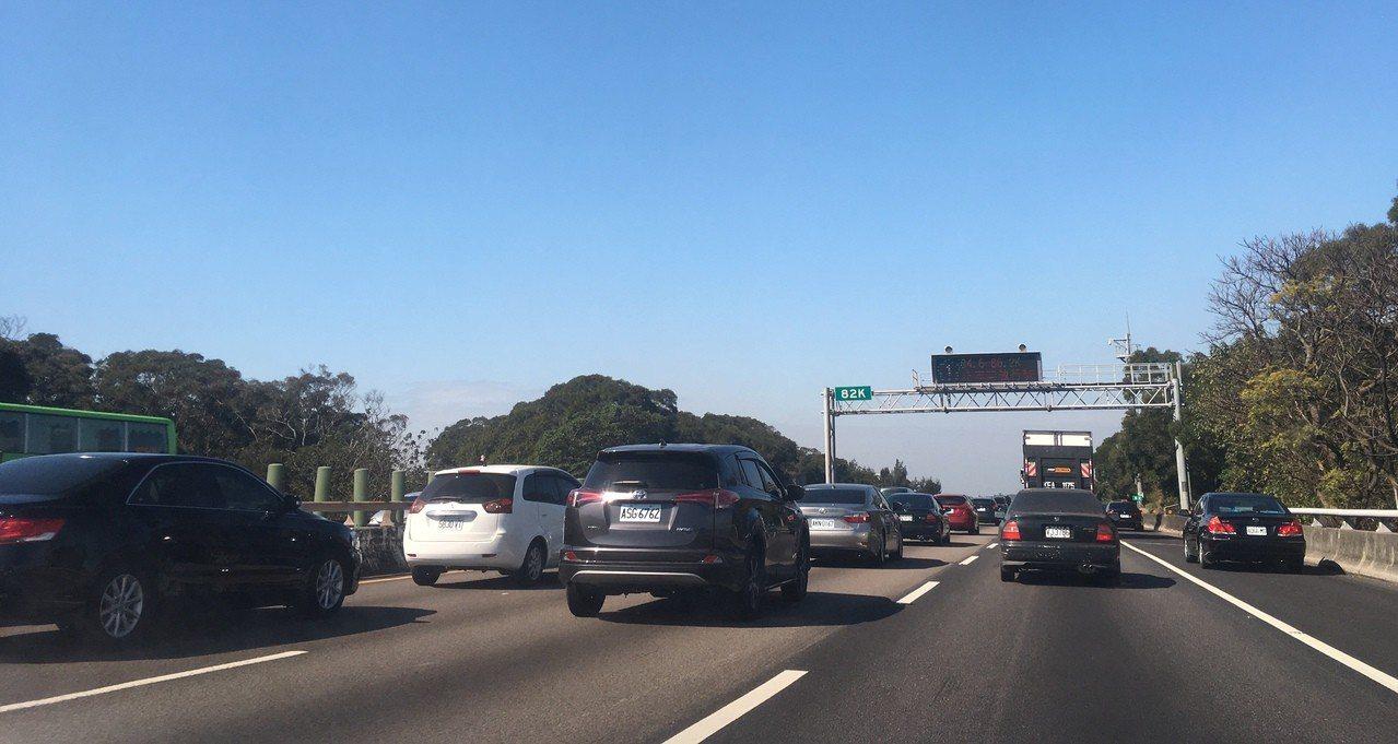 國一南下85公里事故,一度造成後方車速只有11公里。圖為81.7公里處。記者雷光...