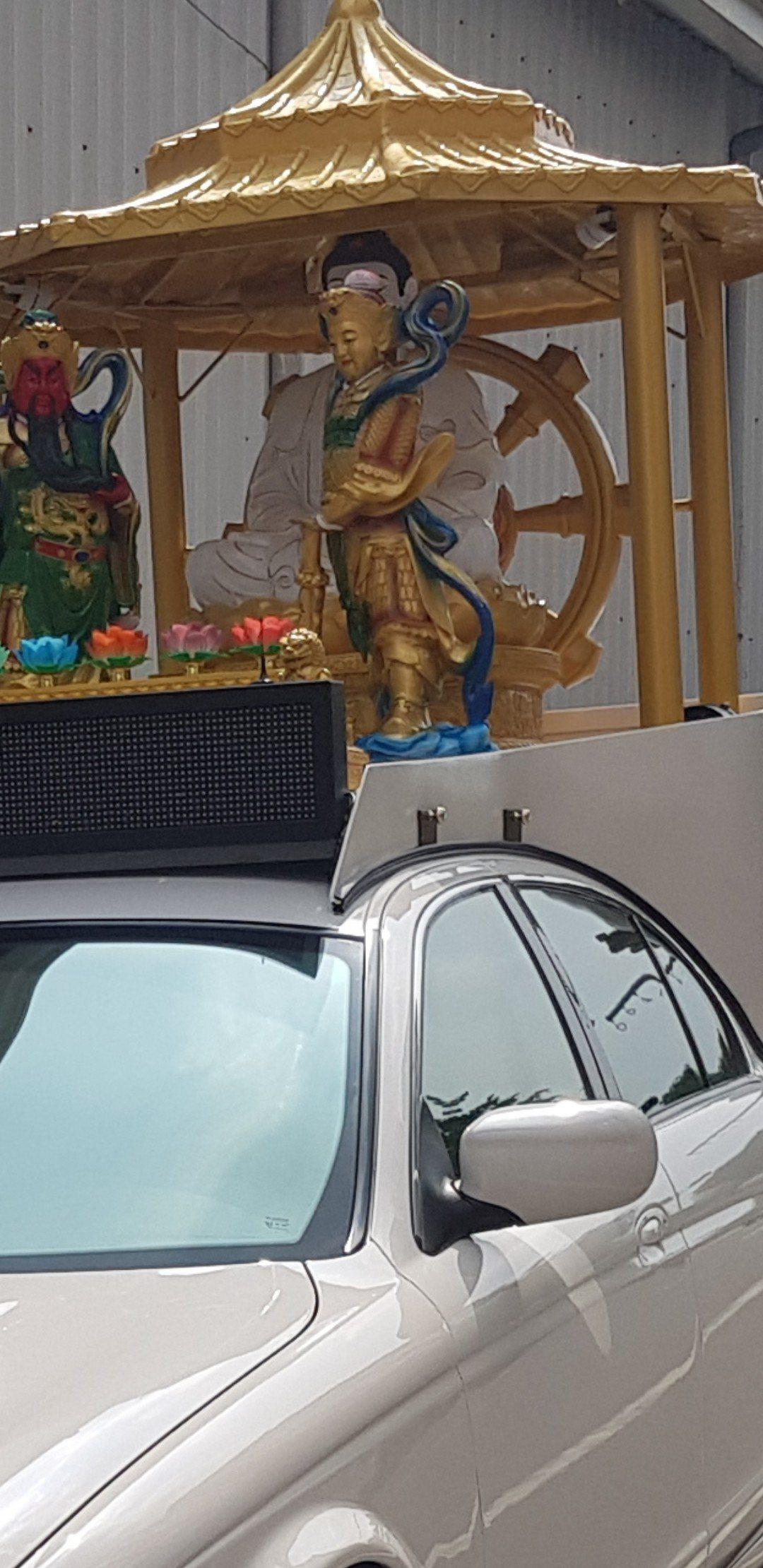 台南路邊停車數百萬的名車上卻揹著神壇。圖/網友提供