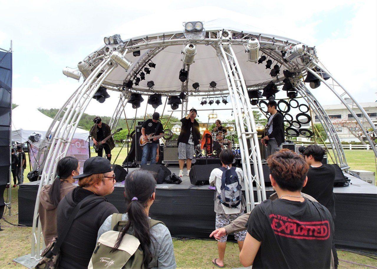 在屏東恆春半島連辦24年的「春天吶喊」音樂祭,為地下樂團與樂迷營造零距離的表演和...