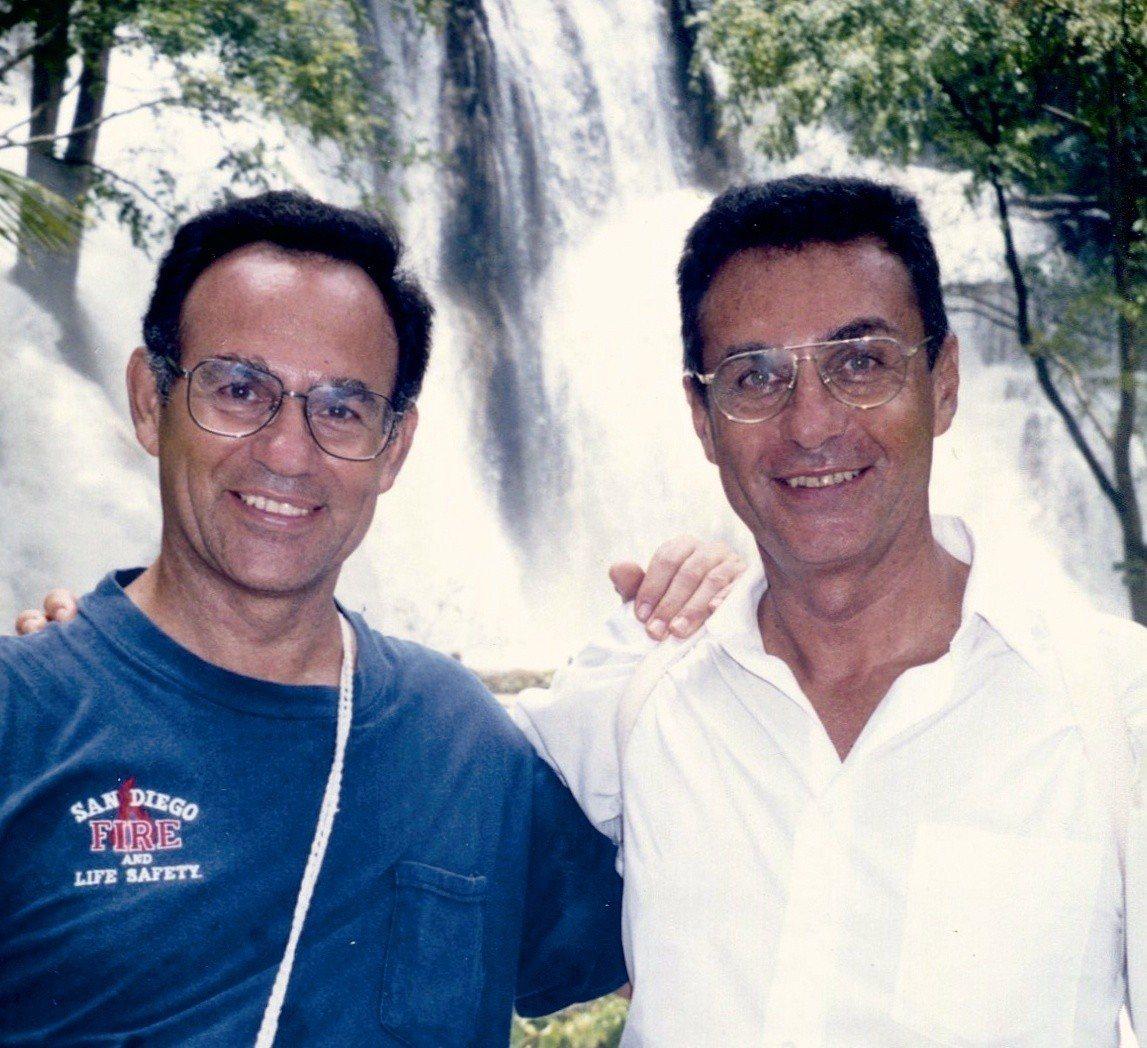 《從此山到彼山》中,丁松青神父(左)與已逝的哥哥丁松筠神父。圖/大塊出版提供