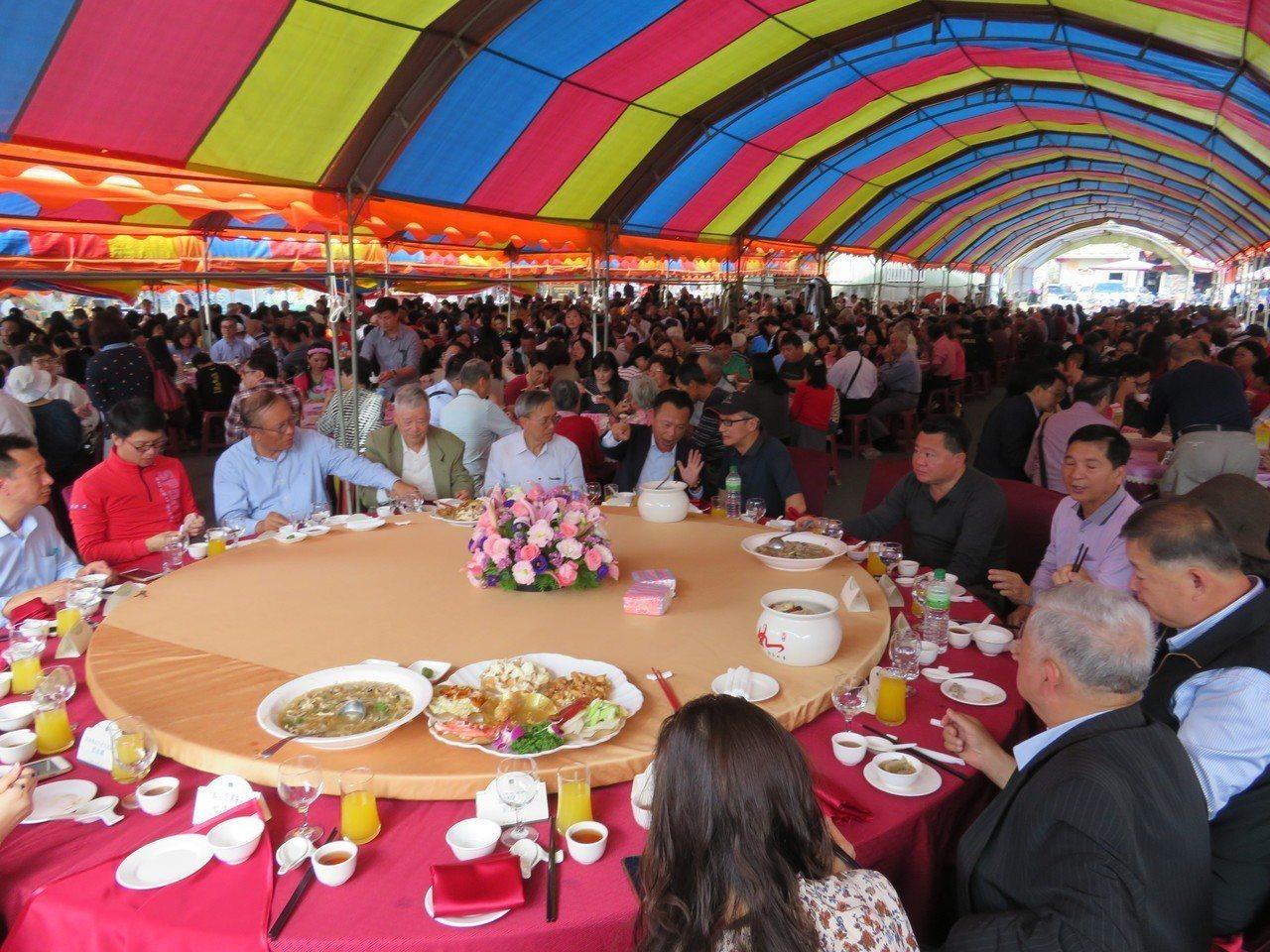 溪頭米堤大飯店總經理李麗裕,與胞弟李麗生兄弟,中午在布袋建德宮廣場席開170桌與...