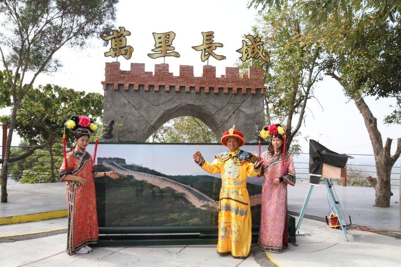 花逾10年打造「濃縮版」萬里長城的林士榮(右二),將一磚一瓦復刻中國本尊,設有山...